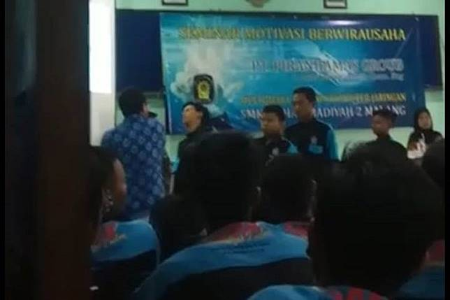 Seminar speaker in Indonesia arrested for allegedly slapping 10 students who laughed during his presentation (Video)