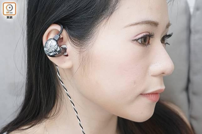 耳機輕巧,佩戴感相當好。(莫文俊攝)