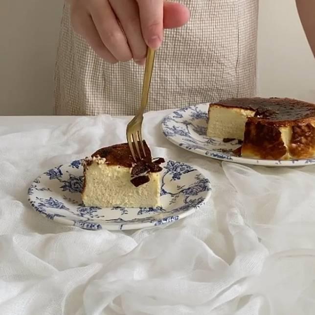 吃時可再略敲碎焦糖,更易入口。(互聯網)