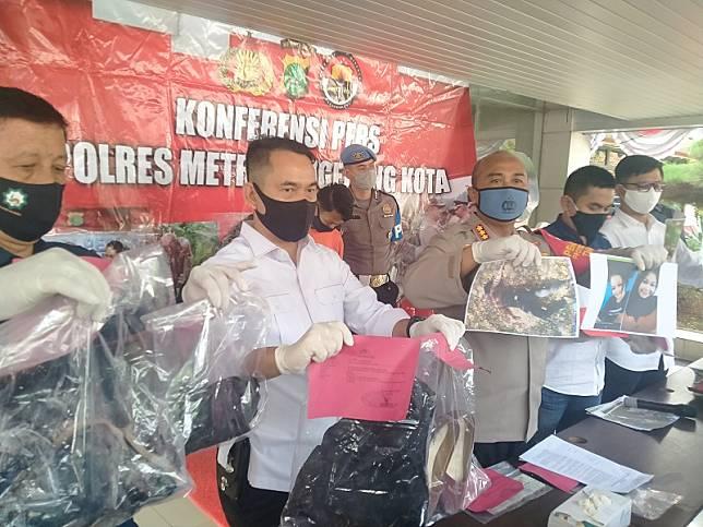 Kapolres Metro Tangerang Kota, Kombes Sugeng Hariyanto, menunjukkan barang bukti pembunuhan.