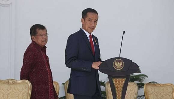 Presiden Joko Widodo didampingi Wakil Presiden Jusuf Kalla saat tiba di Kompleks Istana Kepresidenan untuk mengumumkan perombakan kabinet atau reshuffle jilid II, Jakarta, 27 Juli 2016. Dalam reshuffle jilid II ini, Jokowi memberhentikan 9 menteri. TEMPO/Aditia Noviansyah