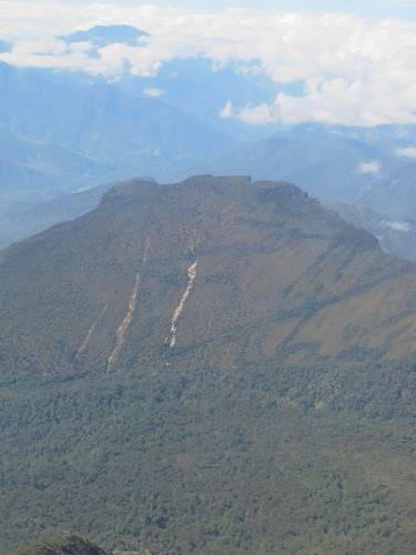 Tebing di balik foto gunung ini, berbentuk seperti anak tangga (Afif/detikTravel)