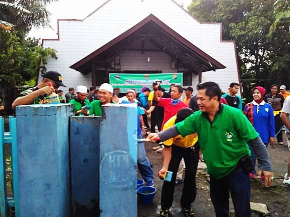 Foto: Relawan Pembersih Masjid ikut rapikan Gereja Oikumene Samarinda (Greg Tanari/Facebook)