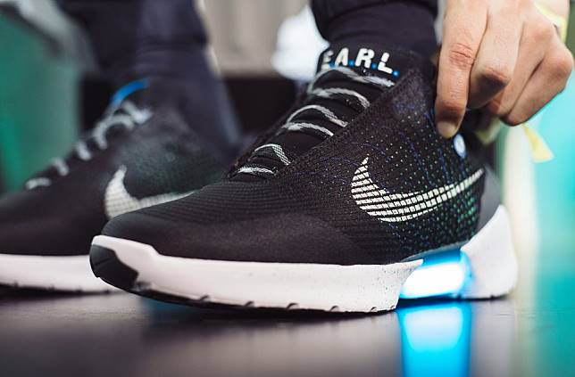Bikin Kaget Deh, 5 Cara Memakai Nike HyperAdapt 1.0, Sepatu yang Bisa  Mengikat Sendiri itu!