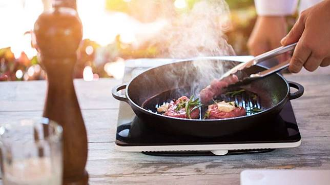 Proses merendam daging di air garam membuat daging menyerap sedikit air lewat proses osmosis.