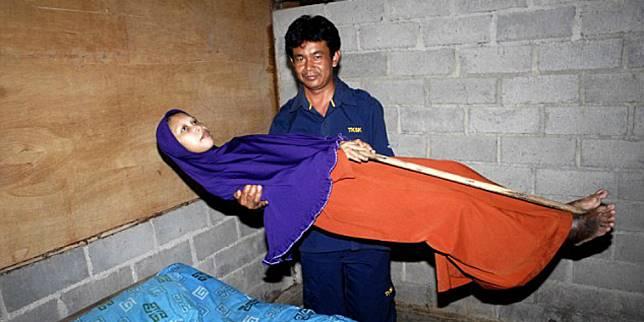 Sulami, selama 10 tahun tidak bisa menekuk tubuhnya (dailymail.co.uk)
